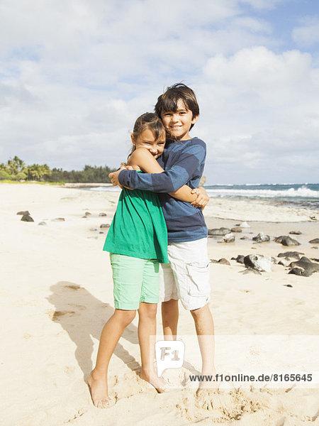 Portrait  umarmen  Strand  Junge - Person  5-9 Jahre  5 bis 9 Jahre  10-11 Jahre  10 bis 11 Jahre  Mädchen