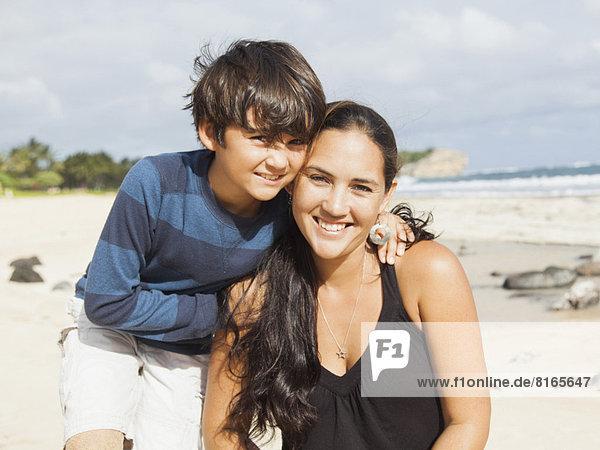 sitzend  Portrait  Strand  Junge - Person  10-11 Jahre  10 bis 11 Jahre  Mutter - Mensch