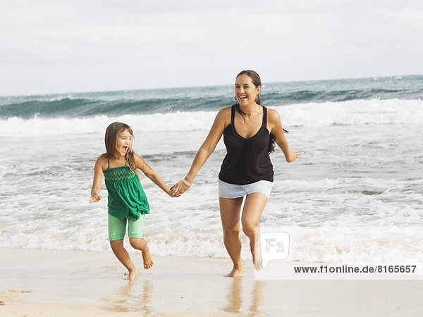Strand  rennen  5-9 Jahre  5 bis 9 Jahre  Mädchen  Mutter - Mensch