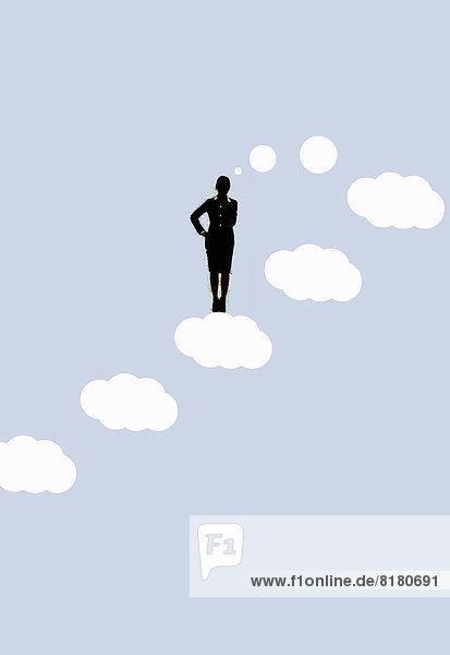 Nachdenkliche Geschäftsfrau auf aufsteigender Gedankenblase im Himmel Nachdenkliche Geschäftsfrau auf aufsteigender Gedankenblase im Himmel