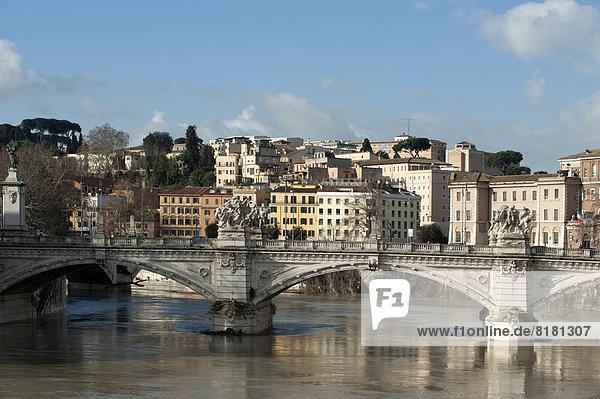 Rom Hauptstadt Brücke Fluss Tiber Latium Italien