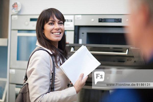 Frau schaut auf den Ofen im Ausstellungsraum
