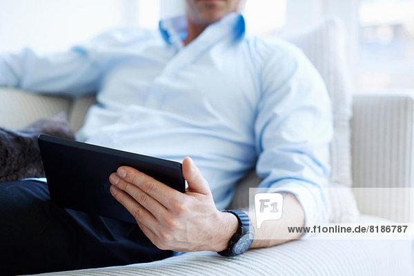 Ausschnitt aus dem Mittelteil des Mannes mit digitalem Tablett