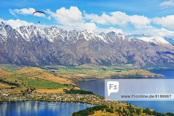 Paragliding über die Remarkables Mountain Range  Queenstown  Südinsel  Neuseeland