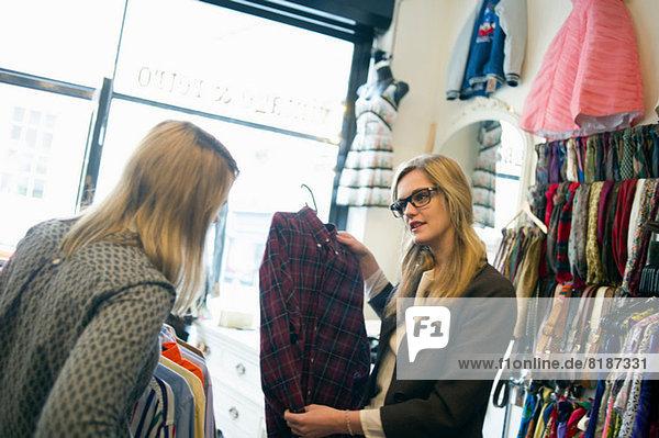 Frauen schauen auf kariertes Hemd