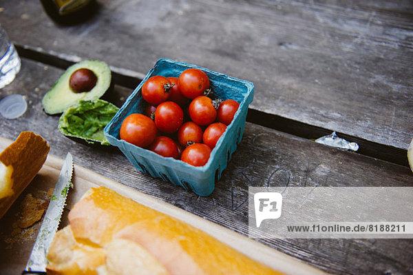 Punnet von frischen Tomaten auf dem Tisch