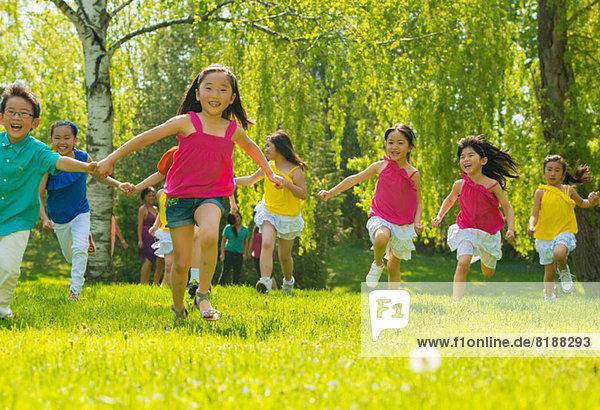 Kinder laufen auf Rasen