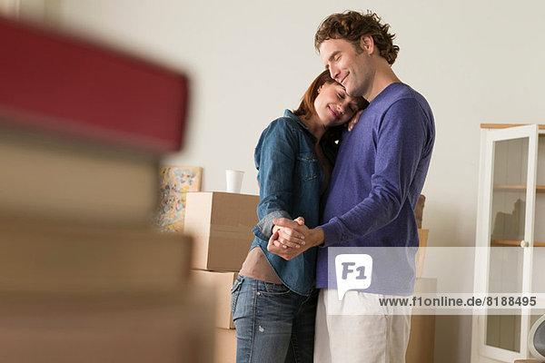 Paar mit romantischem Tanz beim Umzug