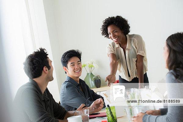 Büroangestellte beim informellen Treffen
