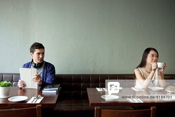 Junger Mann sucht junge Frau im Restaurant