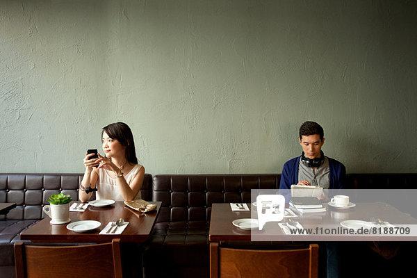 Junge Frau und junger Mann im Restaurant