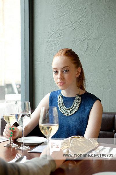 Junge Frau im Restaurant