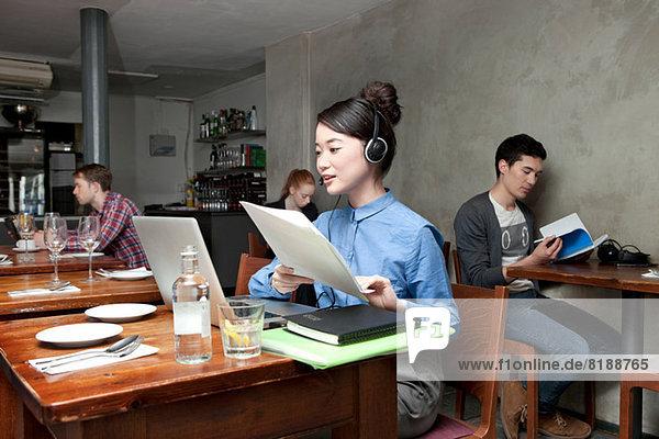 Junge Frau mit Laptop im Café