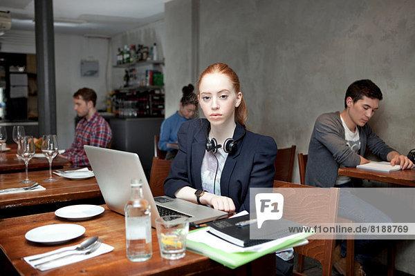 Student im Cafe mit Laptop  Portrait