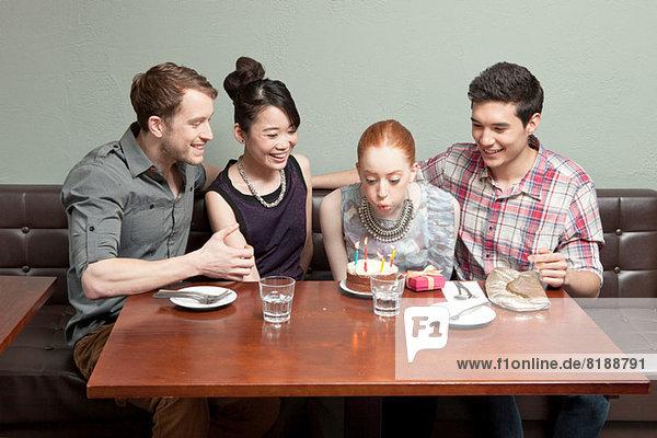 Vier Freunde feiern Geburtstag im Restaurant