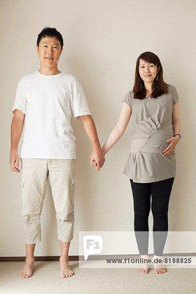 Mann und schwangere Frau beim Händchenhalten  Porträt