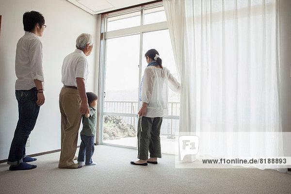 Drei Generationen Familie am Fenster