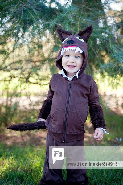 Männliches Kleinkind im Wald verkleidet in Wolfskostüm