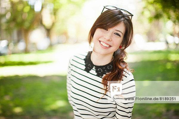 Porträt einer jungen Frau im Park