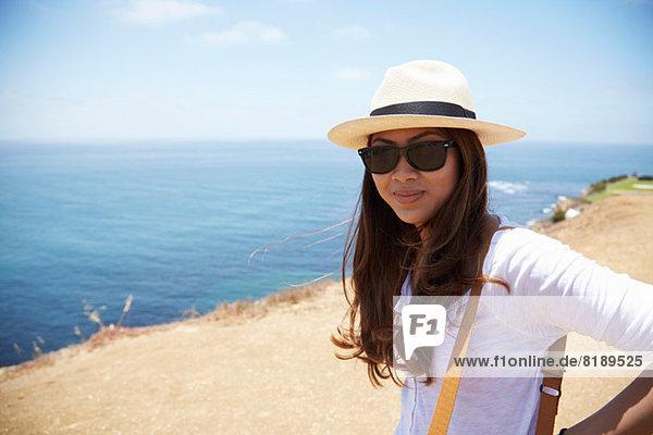 Junge Frau mit Sonnenhut an der Küste Palos Verdes  Kalifornien  USA