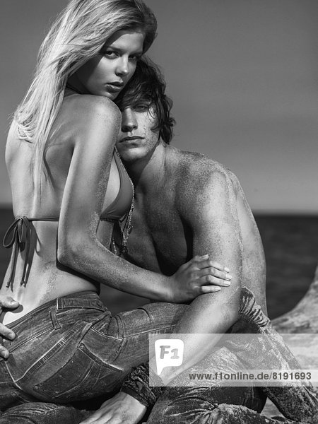 Liebespaar am Strand  Mann mit dem Kopf auf der Brust der Frau