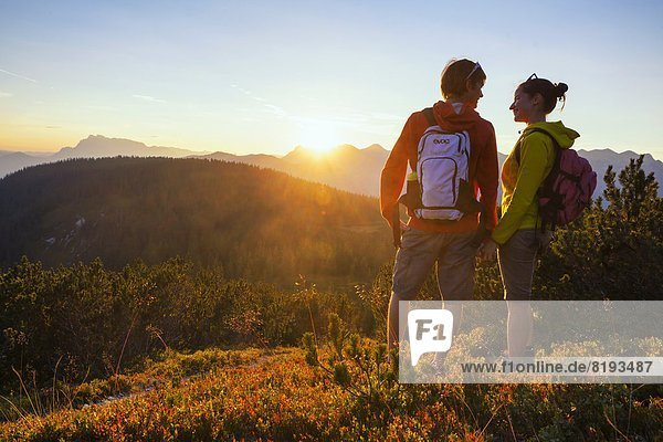 Junges Paar beim Bergwandern  Salzachtal  Tennengebirge und Hochkönig  Salzburger Land  Österreich  Europa