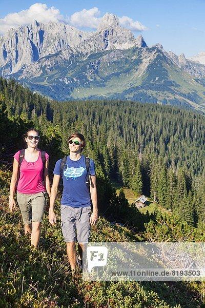 Zwei junge Leute beim Bergwandern  Bischofsmütze  Gosaukamm und Dachstein  Salzburger Land  Österreich  Europa
