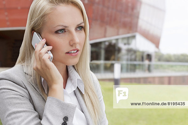 Geschäftsfrau  Handy  unterhalten  Gebäude  Telefon  Close-up  close-ups  close up  close ups  Büro  jung