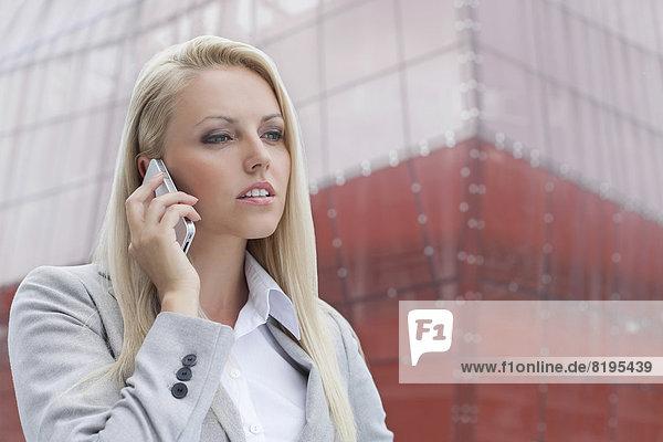 blond  Geschäftsfrau  Handy  unterhalten  Gebäude  Telefon  Hintergrund  Close-up  close-ups  close up  close ups  Büro