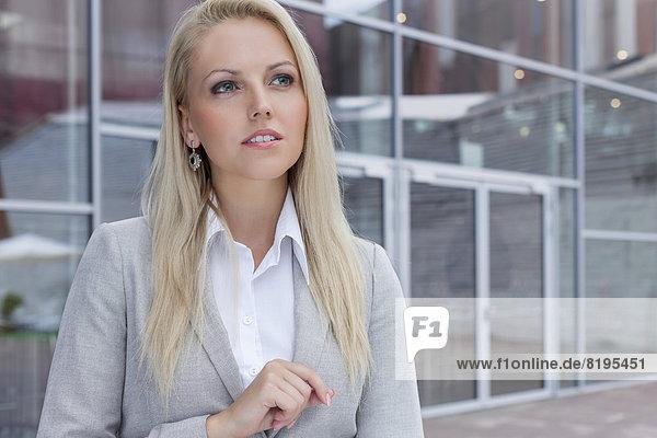Geschäftsfrau  sehen  Gebäude  Büro  wegsehen  Reise  Nachdenklichkeit