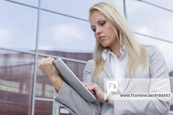 benutzen  Geschäftsfrau  Schönheit  Gebäude  Büro  Tablet PC
