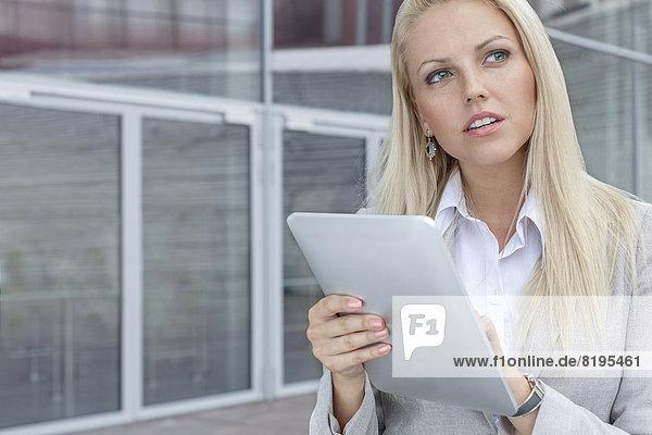 benutzen  Geschäftsfrau  sehen  Gebäude  Büro  wegsehen  Tablet PC  Reise  Nachdenklichkeit