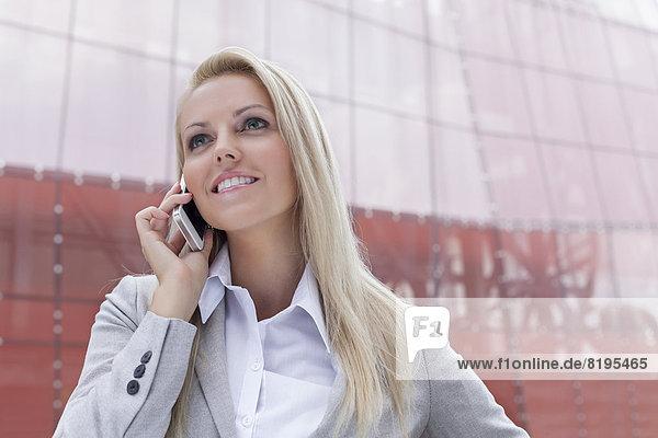 Geschäftsfrau  Kommunikation  Fröhlichkeit  Gebäude  Telefon  Büro  jung  schlau