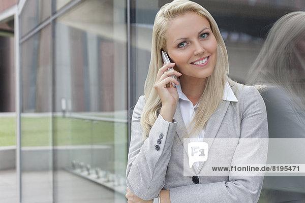 Handy  angelehnt  Portrait  Geschäftsfrau  Kommunikation  Glaswand  jung