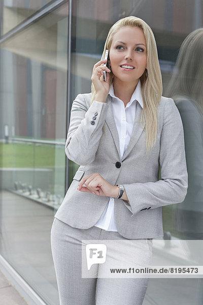 Handy  angelehnt  Geschäftsfrau  Schönheit  unterhalten  Glaswand  jung