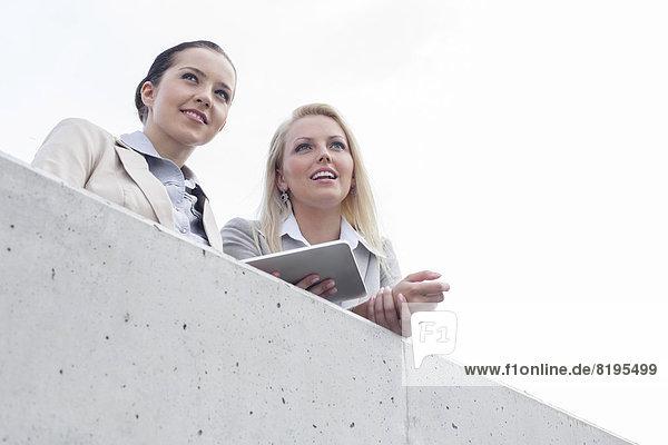 niedrig  stehend  Geschäftsfrau  sehen  Himmel  Ansicht  jung  Flachwinkelansicht  wegsehen  Tablet PC  Reise  Terrasse  Winkel
