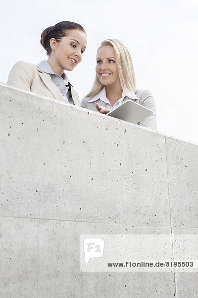 niedrig  benutzen  Büro  lächeln  Himmel  Ansicht  Flachwinkelansicht  Tablet PC  Terrasse  Wirtschaftsperson  Winkel  Business