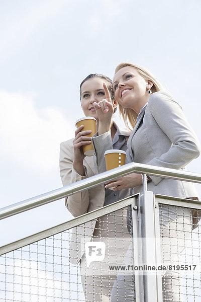 stehend  Geschäftsfrau  Tasse  zeigen  Himmel  jung  Kaffee  Geländer  Kollege  Wegwerfartikel