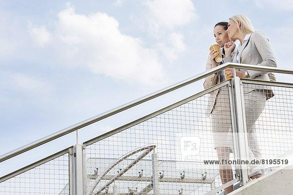 niedrig  stehend  Geschäftsfrau  sehen  Tasse  Himmel  Ansicht  jung  Flachwinkelansicht  wegsehen  Reise  Kaffee  Geländer  Winkel  Wegwerfartikel