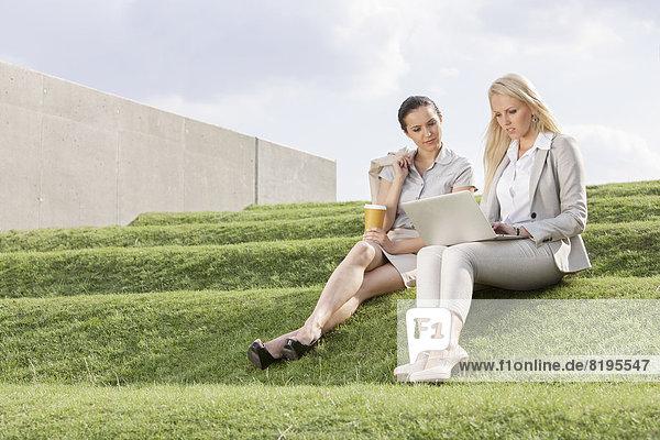 Stufe  sitzend  Geschäftsfrau  sehen  Notebook  ernst  Himmel  Länge  Gras  voll