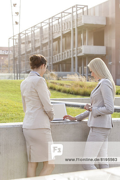 stehend  Zusammenhalt  Geschäftsfrau  Notebook  arbeiten  Gebäude  Büro  jung