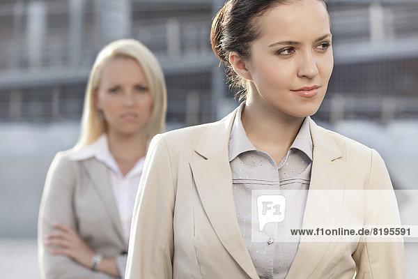 Geschäftsfrau  sehen  Kollege  Hintergrund  jung  wegsehen  Reise
