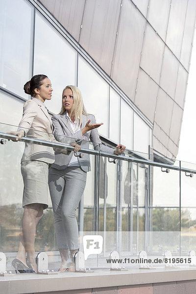 Geschäftsfrau  unterhalten  Balkon  Büro  jung  Länge  voll