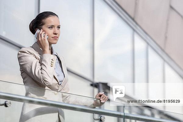 benutzen  Geschäftsfrau  Telefon  Büro  jung  Hoffnung  Geländer  schlau