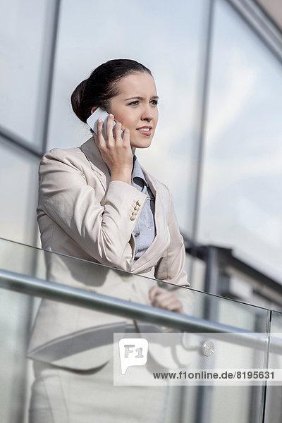 benutzen  Geschäftsfrau  Telefon  Büro  jung  Geländer  schlau