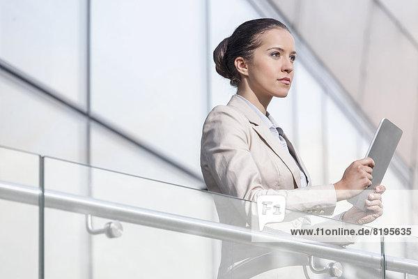 Geschäftsfrau  Schönheit  halten  Büro  jung  Tablet PC  Geländer