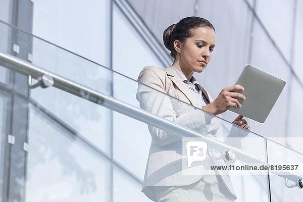 benutzen  Geschäftsfrau  Schönheit  Büro  jung  Tablet PC  Geländer