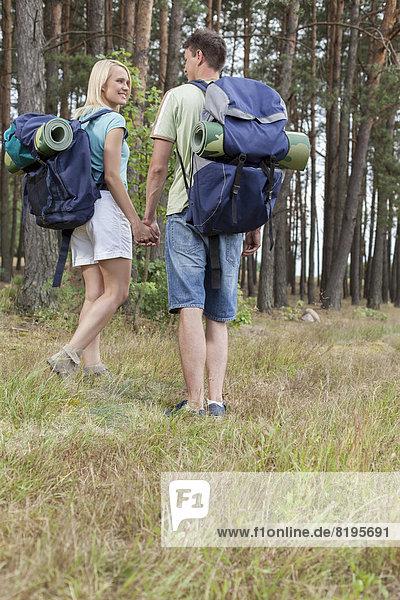 Ländliches Motiv  ländliche Motive  halten  Rückansicht  Ansicht  jung  Länge  Backpacker  voll