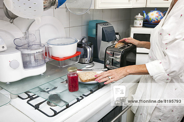 Senior Senioren Frau Mittlerer Ausschnitt Vorbereitung Küche Toastbrot Tresen