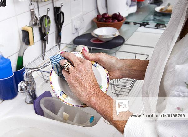 Anschnitt Senior Senioren Frau Fotografie Reinigung Küche Teller